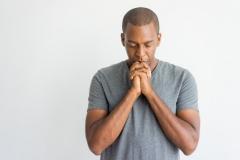 calme-spirituel-beau-mec-africain-priant-yeux-fermes_1262-12246